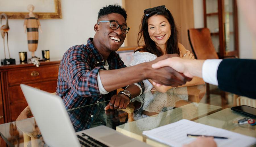 Foto de un chico afroamericano recibiendo asesoría de bienes raíces.