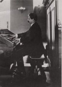 Albert Schweitzer en el órgano de St Nicolas - Estrasburgo (1909). ©Archives Centrales Albert Schweitzer Gunsbach