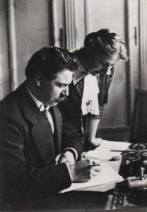 Albert y Hélène Schweitzer corrigiendo una publicación (1912) - (L. Ehretsmann). ©Archives Centrales Albert Schweitzer Gunsbach