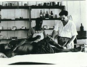 Albert Schweitzer y una enfermera atendiendo a un paciente. ©Archives Centrales Albert Schweitzer Gunsbach