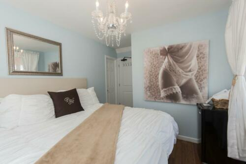 King room located within our beautiful Bungalow Building, sleep 2. One king size bed , private bathroom