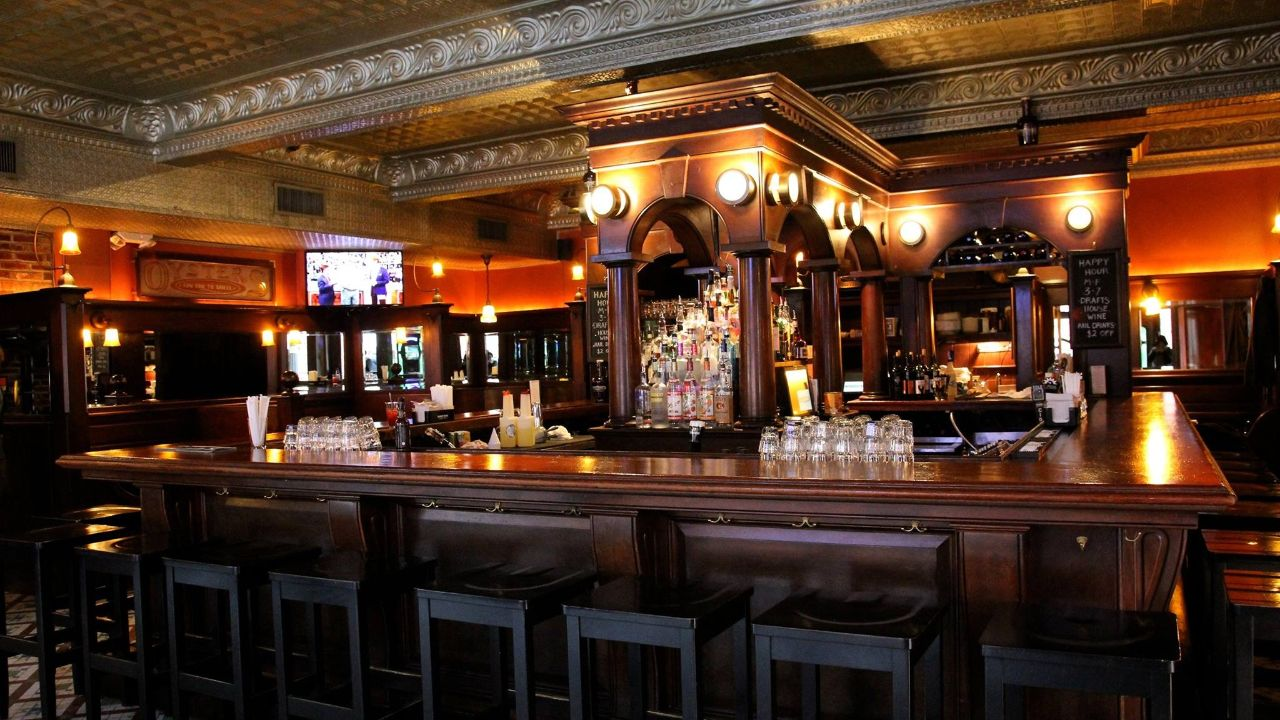 Union Street Public House in Alexandria, Virginia is a favorite of locals and visitors alike. Get Happy Hour food & drink specials Monday through Friday 3:00 p.m. to 7:00 p.m. in the taproom and, if open, the Oyster Bar.