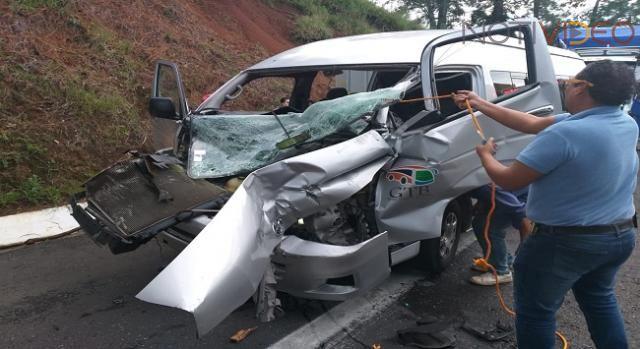 Camioneta de turismo choca contra un tráiler en la Pátzcuaro - Uruapan