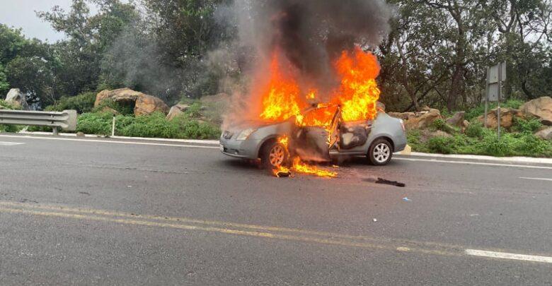 Automóvil se incendia en la carretera Pátzcuaro-Uruapan