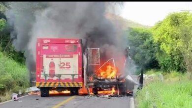 Bloquean carretera en Michoacán; queman camiones [VIDEO]