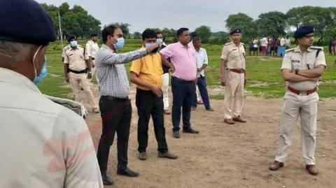 शहीद चंदन कुमार के पैतृक ज्ञानपुरा गांव पहुंचे डीएम एवं एसपी