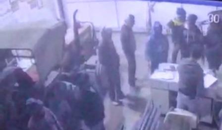 Loot in ara shop-सीसीटीवी फुटेज के जरिये अपराधियों का क्लू खोज रही पुलिस