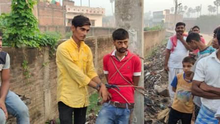 Barhabatara-बिजली पोल में रस्सी से बांध चोरों की धुनाई