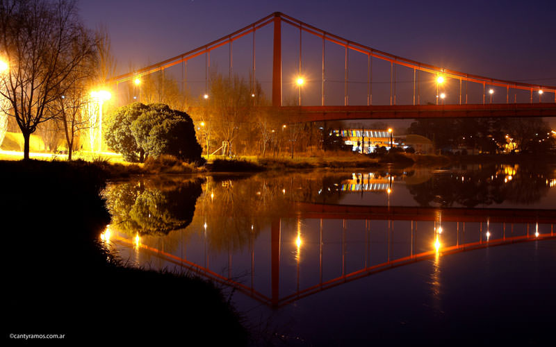 Las luces, el puente y el agua que llega al mar.