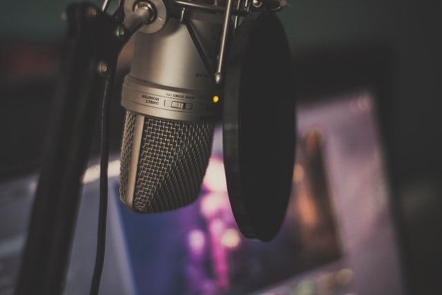 A photo showing a microphone. Having good quality audio can potentially attract viewers and help you to reach Twitch Affiliate.