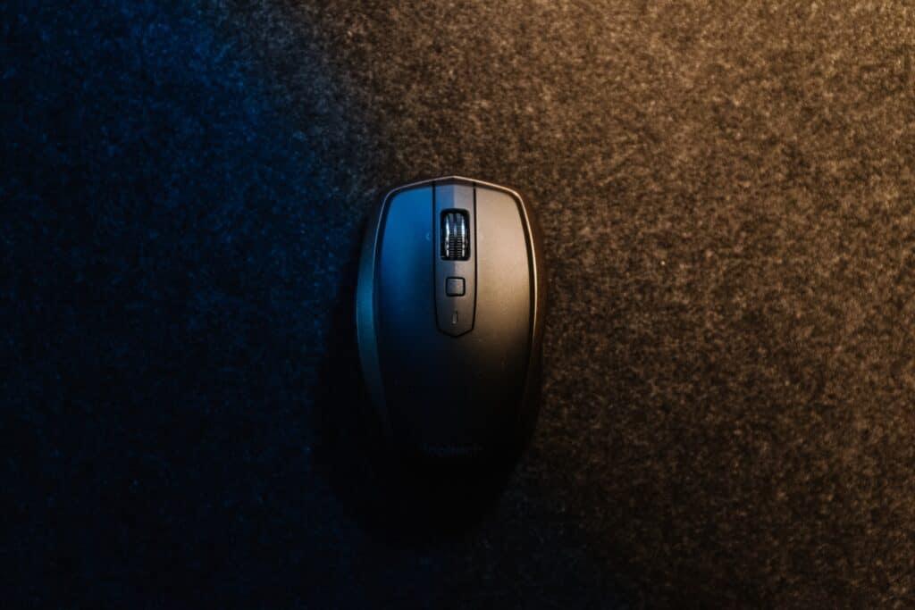 black ergonomic mouse