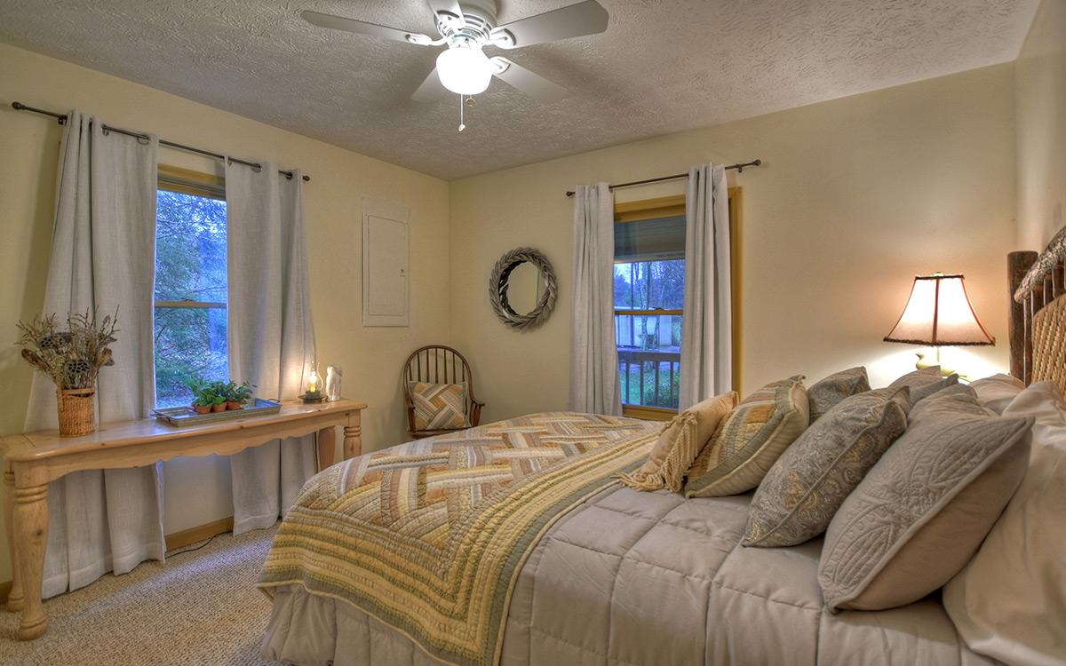 bluebird cabin bedroom 1-1