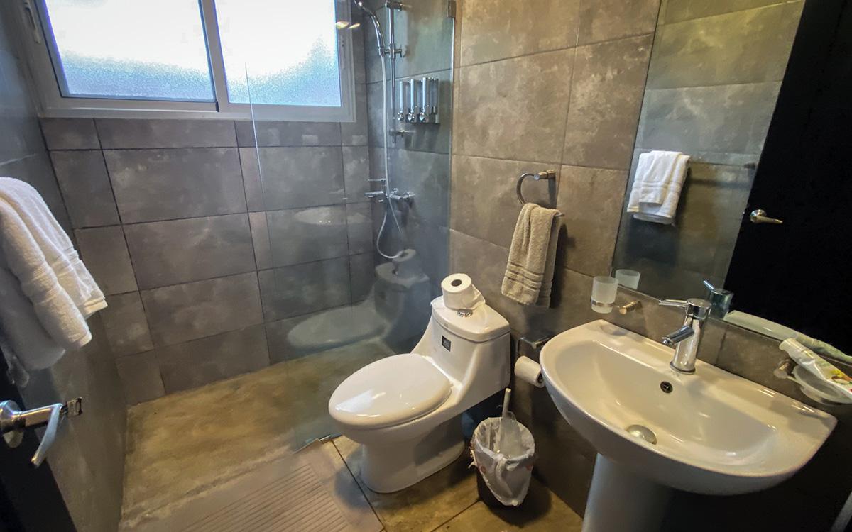 casa de las olas encuentro downstairs bedroom bathroom