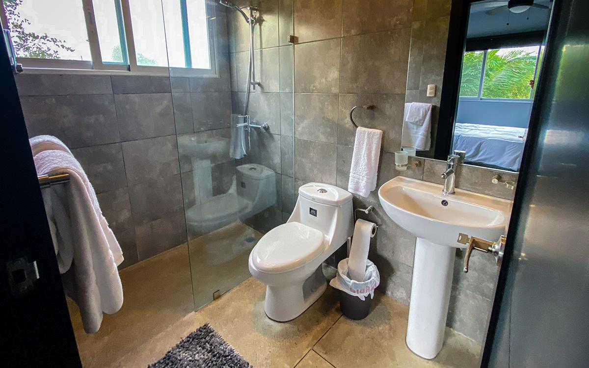 casa de las olas encuentro upstairs bedroom bathroom