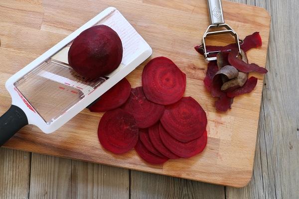 איך לחתוך פרוסות דקות של סלק לקרפצ'יו