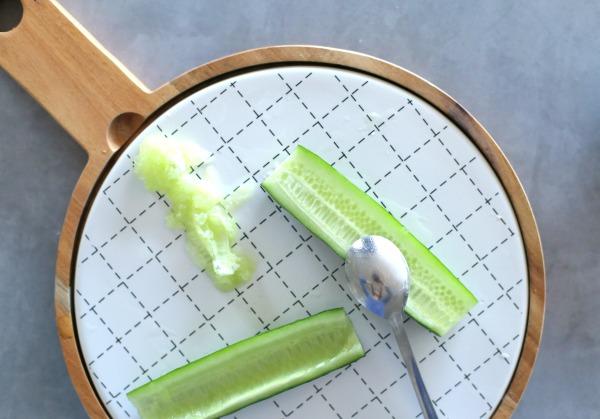 איך לחתוך מלפפון לסהרונים_סלט אסייאתי_טיפים פרקטיים לבית ולמטבח_הבלוג של EshetStyle (צילום: טליה הדר)