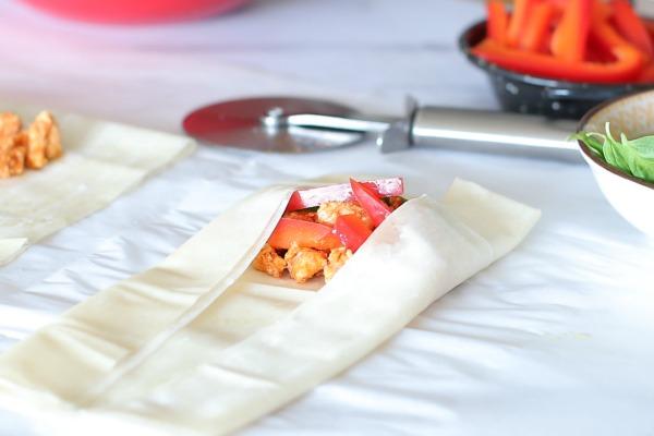 איך להכין כיסוני בצק פילו עם עוף כמעט בלי שמן_אירוח בסטייל_טליה הדר_מתכונים קלים_צילום ומתכון: טליה הדר_אשת סטייל
