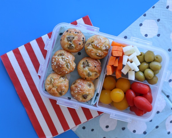 מיני מאפינס גבינות וזיתים_מתכונים לילדים_אירוח בסטייל_צילום ומתכון: טליה הדר אשת סטייל