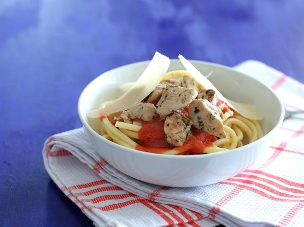 פסטה עם עוף, בזיליקום ורוטב עגבניות_צהריים לילדים_צילום ומתכון: טליה הדר אשת סטייל