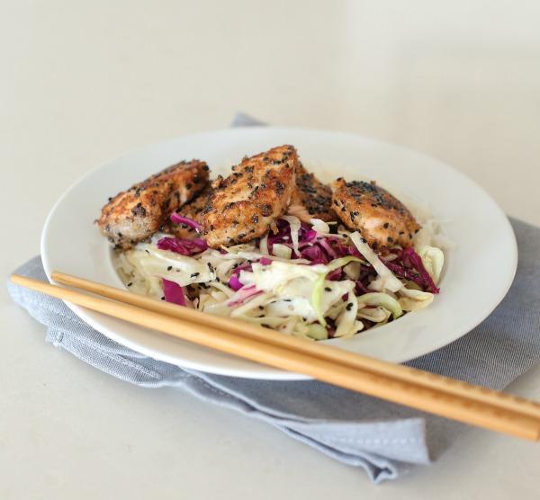 סלמון צרוב במחבת, עם אורז לבן וסלט כרוב בסגנון אסיאתי - מנה נפלאה וקלה להכנה_צילום ומתכון: טליה הדר אשת סטייל