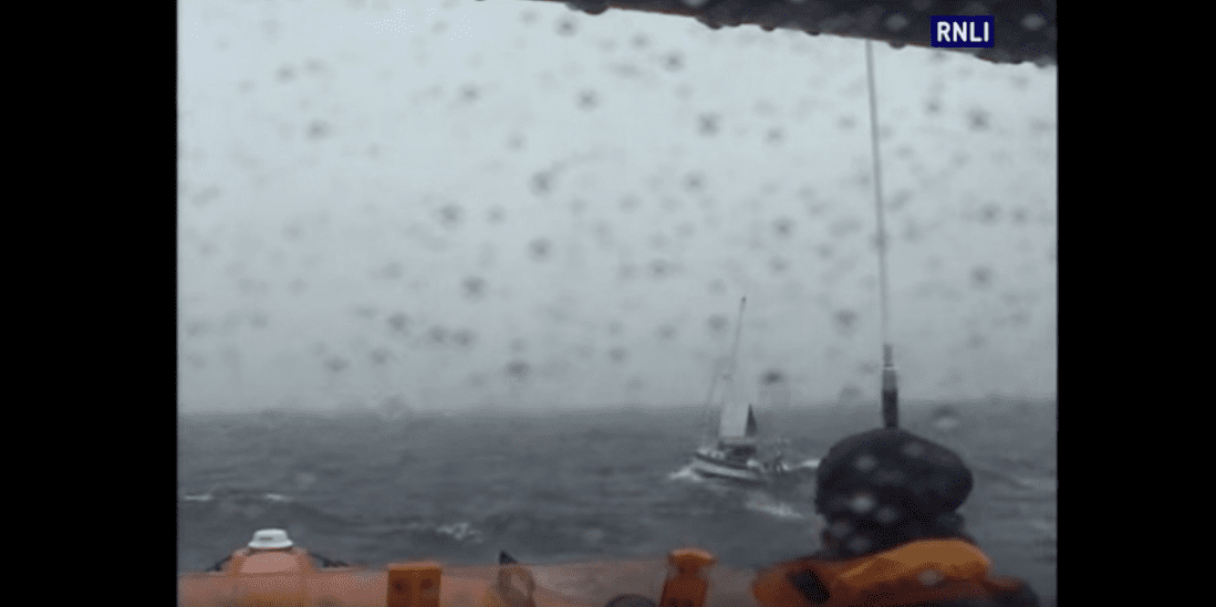 Photo of VIDEO. The Lizard lifeboat launches to assist a 33ft yacht in rough sea