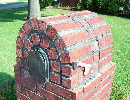 Brick mailbox with poorly placed brick and poorly tooled mortar.