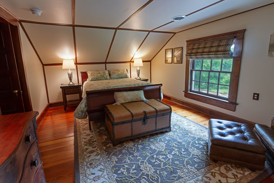vine cottage upstairs bedroom with queen bed in natural bridge, virginia