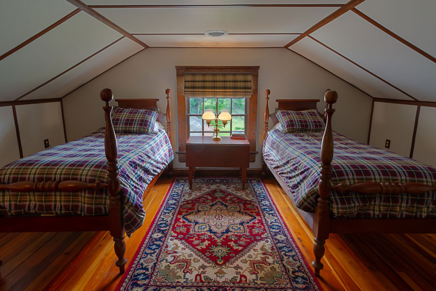 vine cottage upstairs bedroom with 2 twin beds in natural bridge, virginia