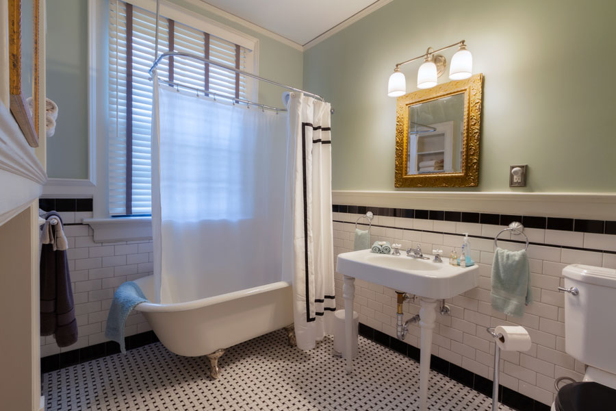 stratford guestroom bathroom with pedestal sink and tub at the inn at forest oaks in natural bridge virginia