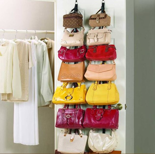 La puerta del closet como un organizador de bolsos