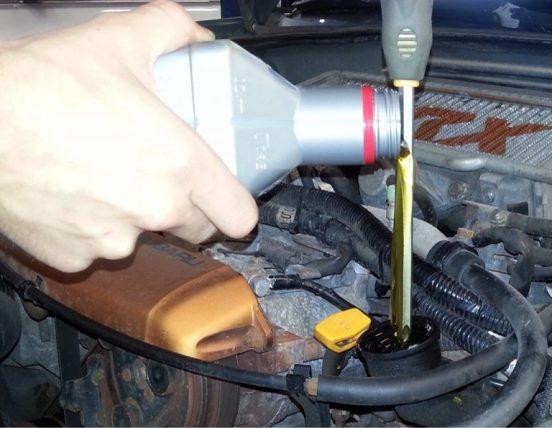 Destornillador para verter aceite en tu auto