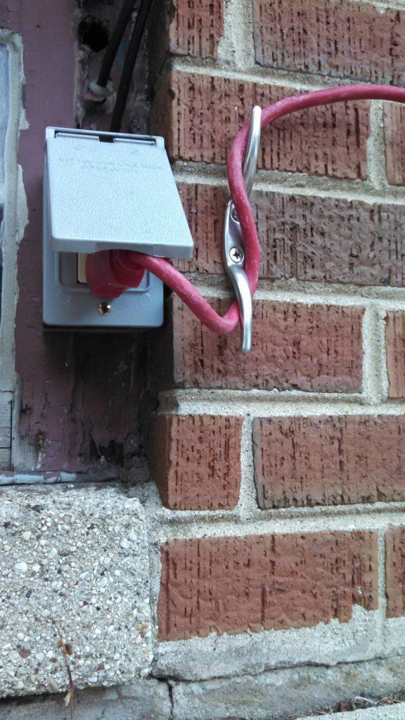 Instala ganchos en la pared para que tus cables no se desconecten