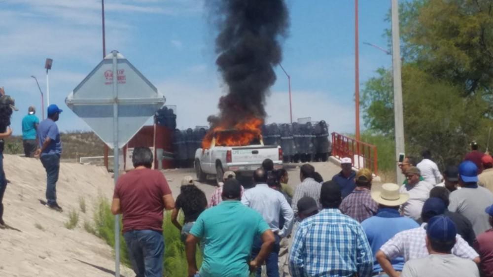 Se enfrentan a pedradas agricultores y policía militar