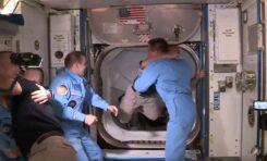 Ingresan astronautas a la Estación Espacial Internacional tras viaje en el Crew Dragon