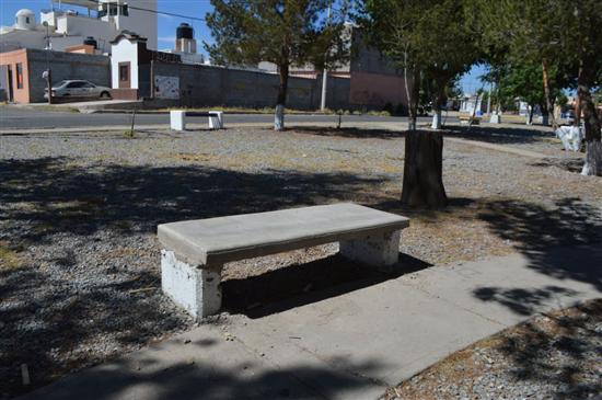 Construye Gobierno Municipal bancas en tres parques al norte de la ciudad