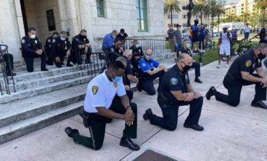 Policías se arrodillan frente a manifestantes por muerte de George Floyd