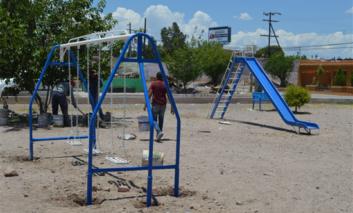 Instala Municipio juegos infantiles en parque de la colonia Silvino Rodríguez