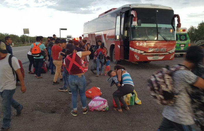 Auxilian agentes de la Guardia Nacional a pasajeros varados en la carretera a Delicias
