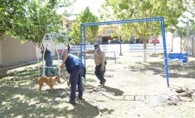 Instala Municipio juegos y bancas en parque de la colonia Popular