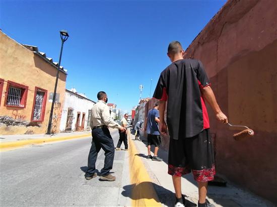 Acompañan Policías Municipales a jóvenes grafiteros a resarcir daños