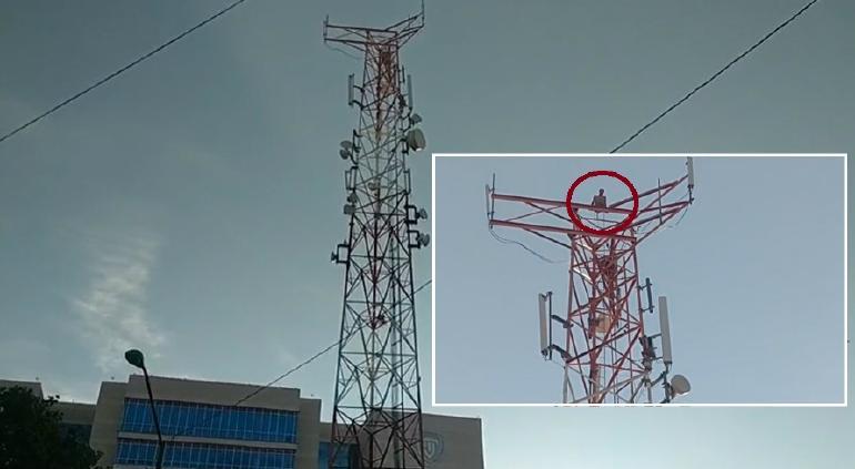 Permanece hombre toda la noche arriba de antena; familia pide que baje pero se niega