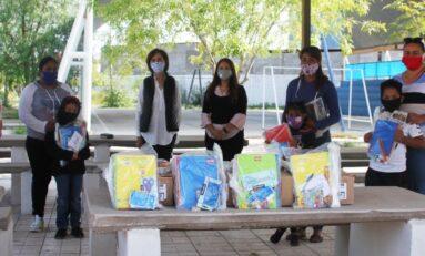 Entrega Blanca Gámez 400 paquetes de útiles escolares en el Distrito 17
