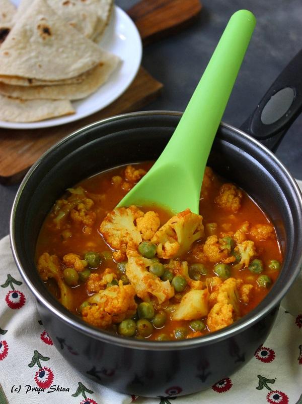 cauliflower peas curry, gobi matar rasedar