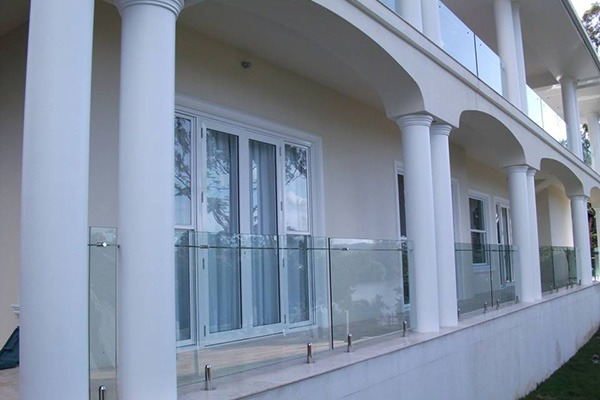 Frameless Balustrade with Side Rail