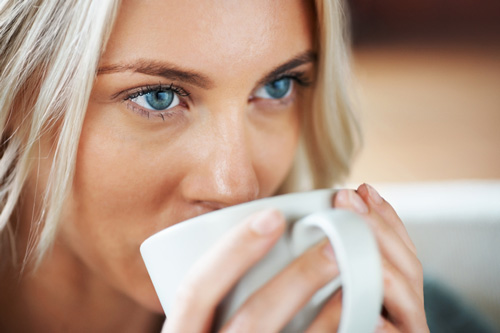 blue-eyed-woman-drinking-coffee
