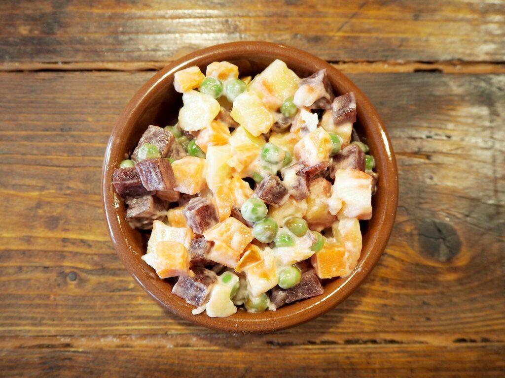 Ensalada Rusa - Un típico plato en Sudamérica en La Despensa - Lado|B|erlin.