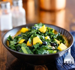 21 Day Fix Lunch to Go: Healthy kale and blueberry salad