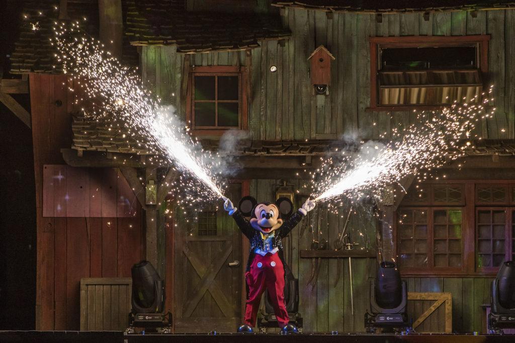 Fantasmic! Returns to Disneyland Resorts