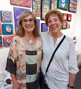 <p>Our Joanne meeting long time friend and one of our fiber artists, Judy Hegenauer from California.</p>