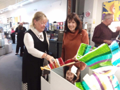 <p>Carole Perry explaining her technique to a very excited customer!</p>